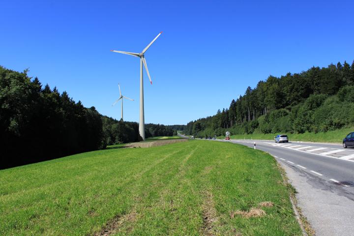 Photo montage : 2 des 8 éoliennes proposées