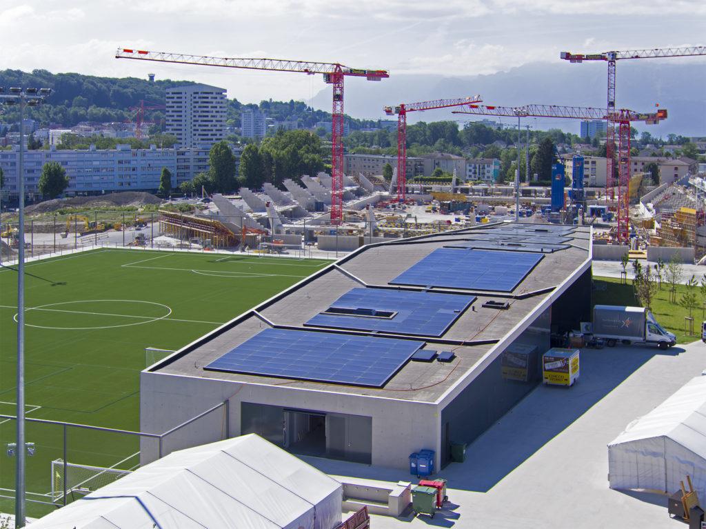 Installation photovoltaïque SI-REN sur le toit du bâtiment du centre de foot de la Tuilière